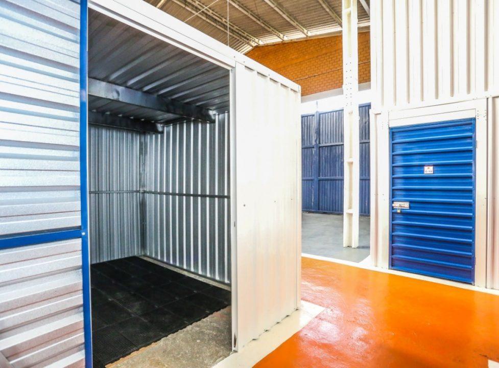 imagem de um galpão com box self storage